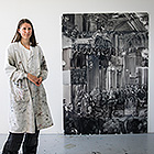 Kira Wager with her painting of King Olav V's oath-taking ceremony in the Storting in 1958. Photo: Storting.