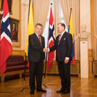 President of the Storting Olemic Thommessen shows Colombian President Juan Manuel Santos the Storting chamber. Photo: Storting.