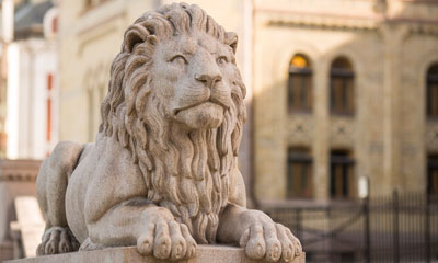 One of the lion statues in front of the Storting building. Photo: Storting.