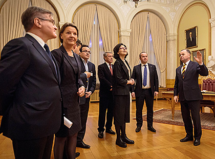 The President of the Storting gives a guided tour to his Ukrainian guests. Photo: Morten Brakestad/Storting.