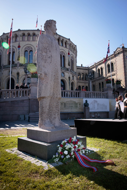 During the ceremony at Eidsvoll Square, the Storting President laid flowers at the statue of Christian Frederik. Photo: Storting.